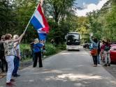 Eerste bus met Afghaanse evacués aangekomen bij noodopvang Heumensoord in Nijmegen