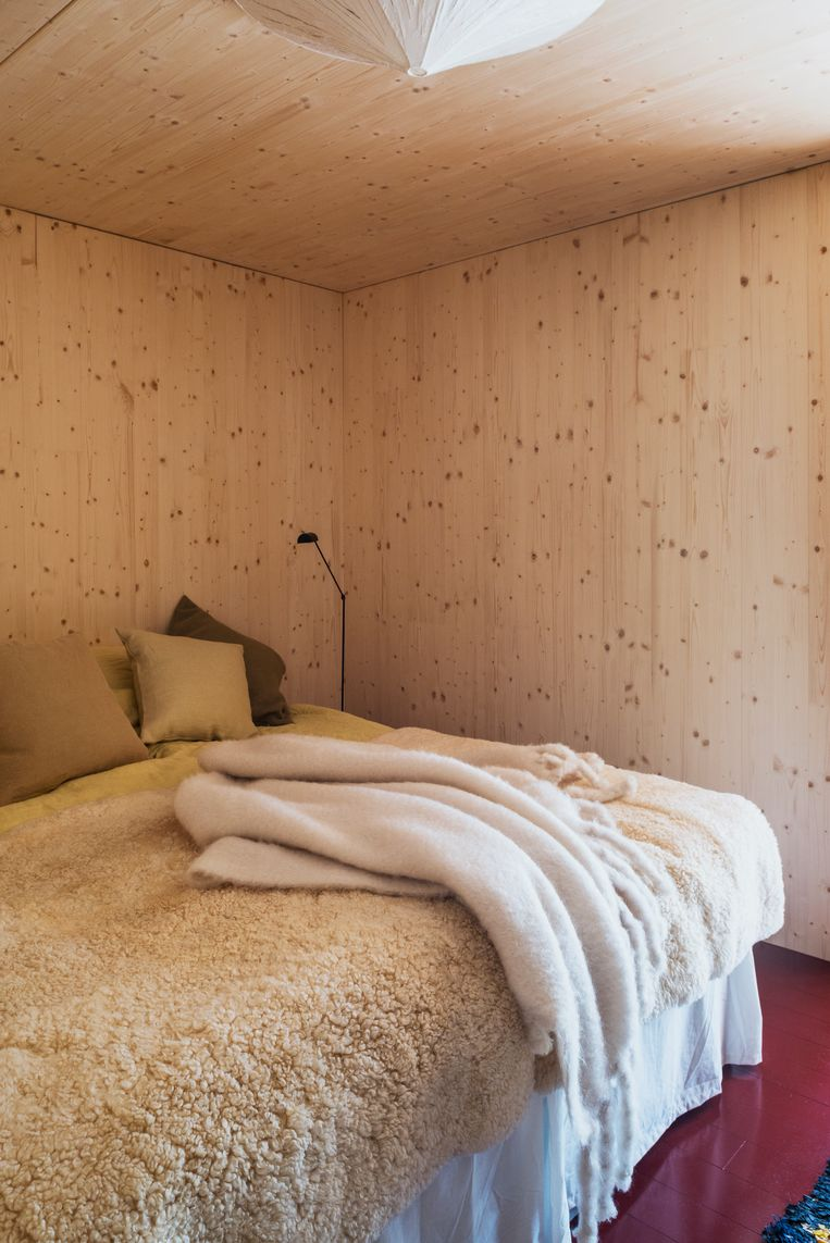 De master bedroom.Op het bed ligt een schaapsvacht van Svensk Hemsloid.  Beeld Nin Solis