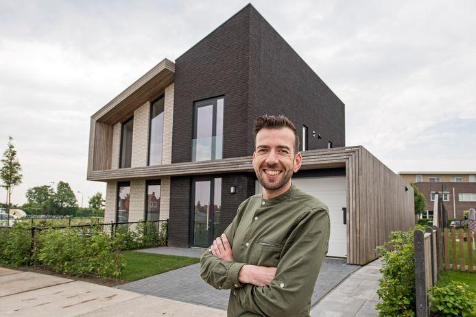Architect Paul van den Berge bij de bijzondere woning in Sint-Annaland.