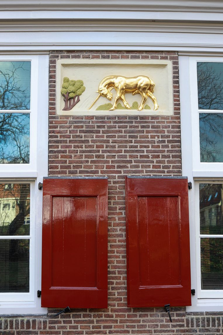 Op 6 maart wandelden we langs de voormalige hofstede Den Vergulden Eenhoorn aan de Ringdijk, een rijksmonument. De oude stadsboerderij uit 1702 is nu in gebruik als horeca-etablissement. Winnaar van het jaarabonnement op Ons Amsterdam is Shirley van der Hoeven. Beeld Anouk Hulsebosch