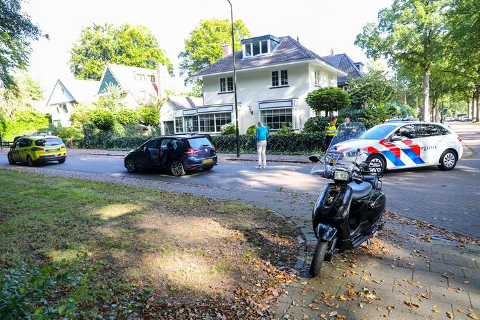 Bij de botsing tussen een auto en een scooter op de Generaal Van Heutszlaan in Apeldoorn raakte de scooterrijder gewond.