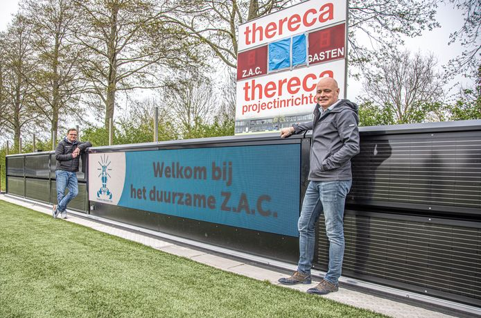 ZAC heeft een reclame bord met daarom heen borden met drie functies: reclame, luchtzuivering en zonne-energie.  Voorzitter Denis Holterman (r) en bestuurslid Remco Voorhorst.