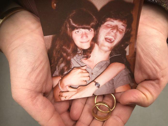 Dochter Mariëlla van de vermiste Theo van den Oetelaar (33) en diens zeven jaar later gestorven ex-vrouw bewaart hun trouwringen en een foto als dierbaar aandenken.