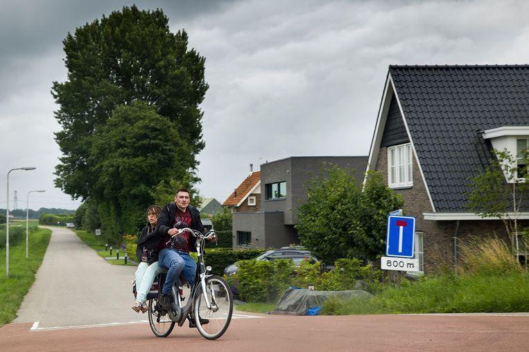 Fleur en Rinie fietsen donderdag de Papeweg uit, waar aan het eind hun twee tenten staan. Beeld Arie Kievit