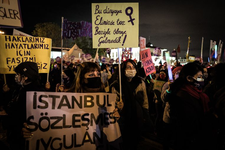 Vrouwen in Istanbul demonstreren op 25 november, de Internationale Dag voor de Uitbanning van Geweld tegen Vrouwen. Beeld Nicola Zolin
