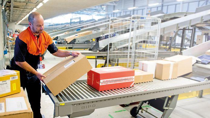 Het minimumuurloon van bijvoorbeeld zelfstandige pakketbezorgers moet omhoog.