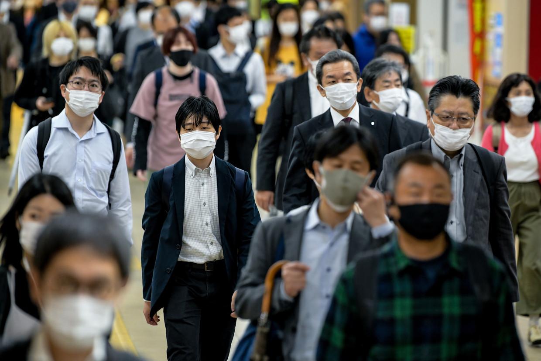 In Japan is het gebruik van mondkapjes wijdverbreid,maar met vaccins, en dan vooral de bijwerkingen, hebben hebben Japanners slechte ervaringen.  Beeld SOPA Images/LightRocket via Gett