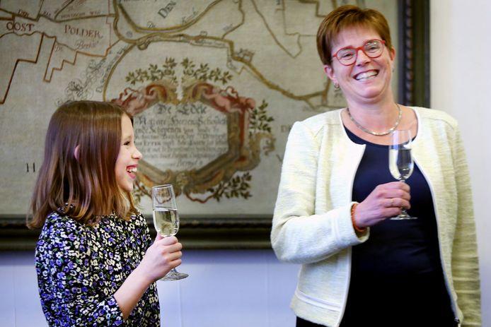 Isabella Leppens (10) is de nieuwe jeugd-burgemeester van Etten-Leur. Burgemeester Miranda de Vries is heel blij met haar nieuwe collega.