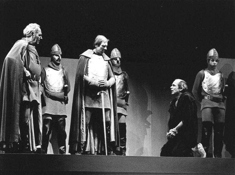 Archiefbeeld van een generale repetitie van 'Gijsbreght van Aemstel'. Vanaf links: Joham Schmitz als Gijsbreght, Ramses Shaffy als Arend en Henk van Ulsen als Vosmaer. Beeld Hollandse Hoogte/ANP
