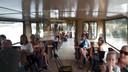 Passagiers op de Livingstone zingen voor de jarige kapitein Toon