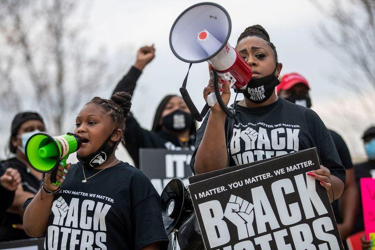 Een Black Lives Matter-protest in maart van dit jaar voor de poorten van de permanente tentoonstelling World of Coca-Cola in Atlanta. De demonstranten riepen grote bedrijven zoals Coca-Cola op zich te keren tegen de nieuwe discriminerende regels voor verkiezingen in de staat Georgia.  Beeld AP
