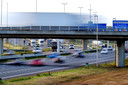 Verkeer raast over de A16 bij de Moerdijkbrug.