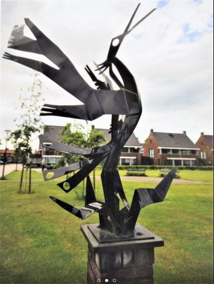 De Phoenix van Wim Suermondt voordat hij van zijn sokkel werd geblazen.