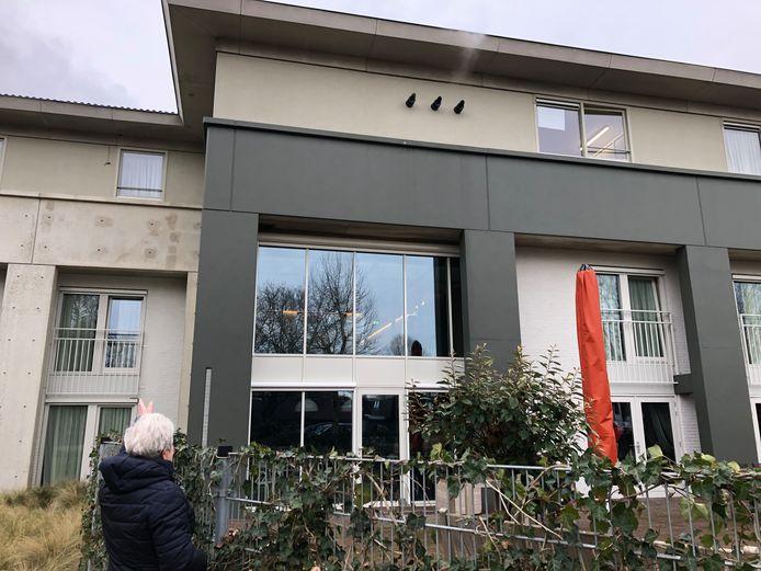 Joke Hazenberg uit Gerwen zwaait naar haar echtgenoot in verpleeghuis de Akkers in Nuenen