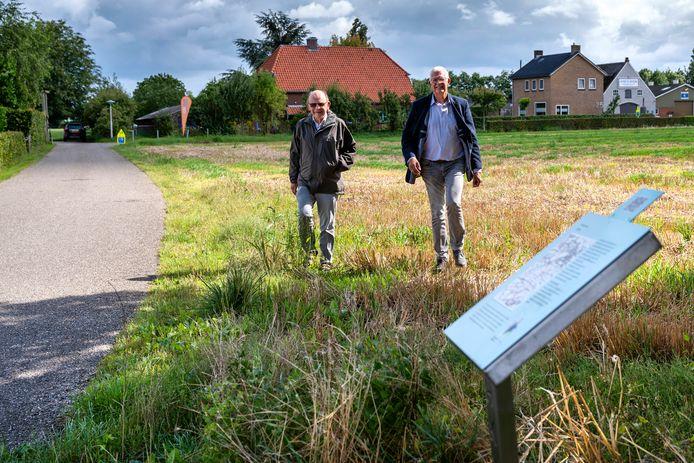 Harrie Arends (rechts) en Chris van Asperen komen via het Gendtse voetpad (op de achtergrond) bij een van de informatiepanelen aan de Kamervoort.