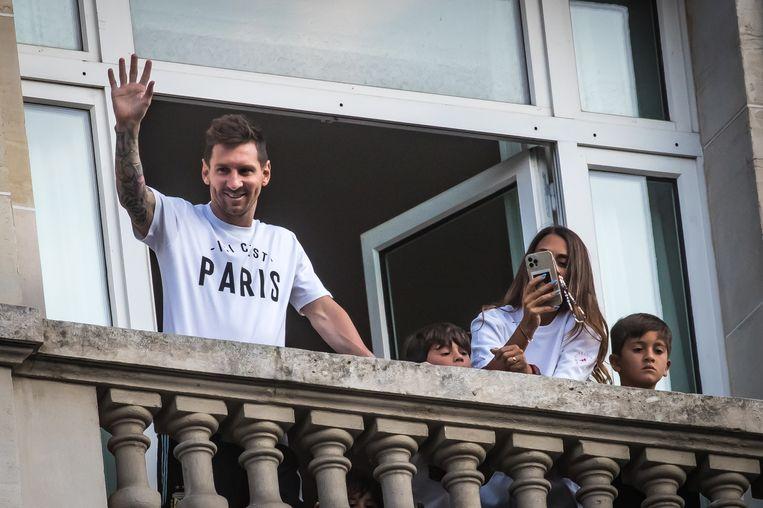 Vanuit een hotelkamer in Parijs zwaait Messi naar zijn nieuwe Franse fans. Beeld EPA