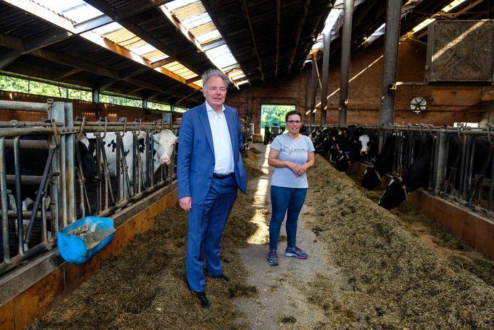 Gedeputeerde van Landbouw Ludwig Caluwé  op bezoek bij  Ilse Cornelis van de Vluchtenburghoeve in Aartselaar, een van de deelnemende landbouwers aan 'Burgers en Boeren'.