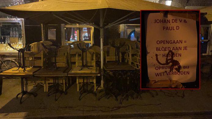 Terras van Boerke Verschuren besmeurd met ketchup en posters: 'Opengaan = bloed aan je handen'.