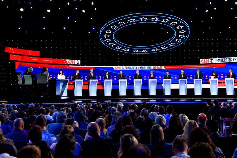 De twaalf Democraten die een gooi doen naar de nominatie voor hun partij in de presidentsverkiezingen van 2020: Tulsi Gabbard (afgevaardigde voor Hawaii) zakenman Tom Steyer, Cory Booker (senator voor New Jersey), Kamala Harris (senator voor Californië), Bernie Sanders (senator voor Vermont), voormalige vicepresident Joe Biden, Elizabeth Warren (Senator voor Massachusetts), Pete Buttigieg (burgemeester van South Bend, Indiana), zakenman Andrew Yang, Beto O'Rourke (voormalig afgevaardigde voor Texas), Amy Klobuchar (senator voor Minnesota) en Julian Castro (voormalig staatssecretaris van wonen en stadsontwikkeling.  Beeld AFP