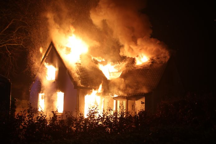 Het huis in Harskamp staat volledig in brand.