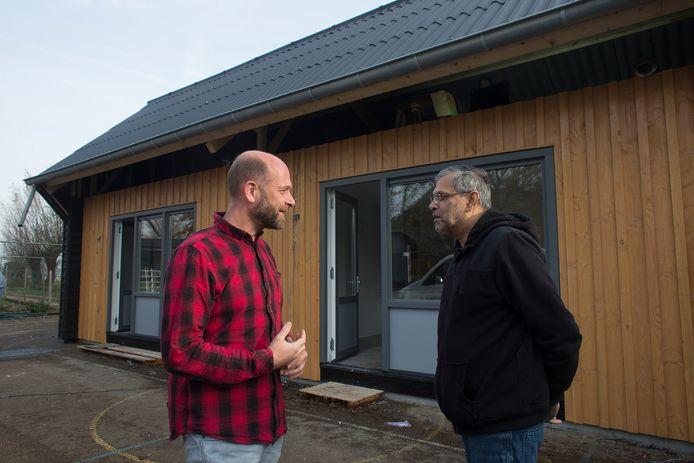 Directeur Luuk Krol (links) praat met Ramon Ramdas, de eerste bewoner van één van de woonunits bij Het Passion in Hummelo.