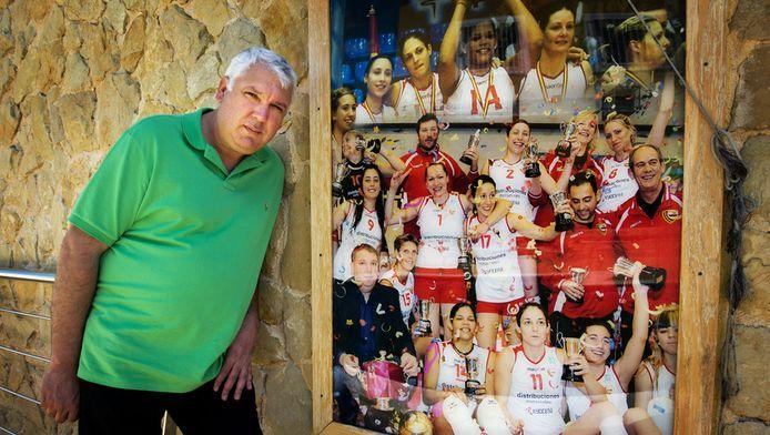 Evedasto Lifante, eigenaar van de volleybalclub waar Ingrid Visser in de jaren 2009 - 2011 heeft gespeeld, poseert bij een teamfoto met Visser.