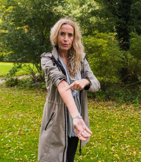 Katinka (59) werd vijftig keer gestoken door wespen: 'Ze zaten overal, tot in mijn spijkerbroek aan toe'
