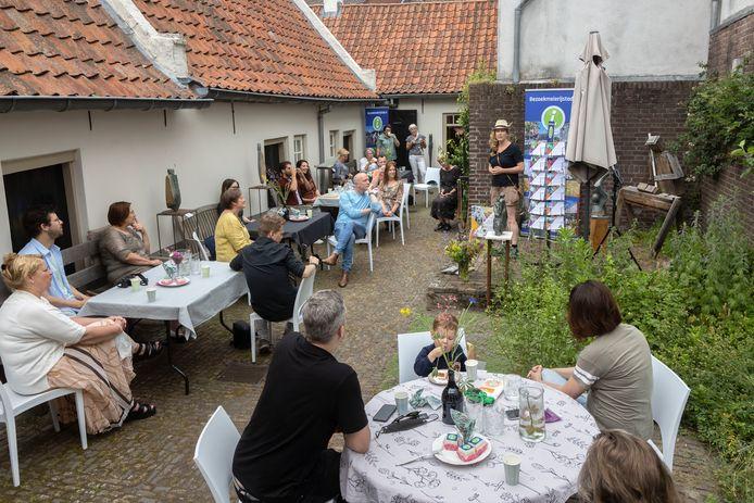 Neeltje Vervoort verwelkomt bezoekers van het TIP in de beeldentuin van het Sint-Paulusgasthuis.