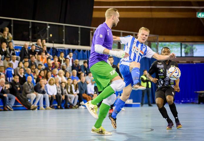 FC Eindhoven-aanvaller Jorg van Galen in duel met TPP-doelman Koen van der Leeden.
