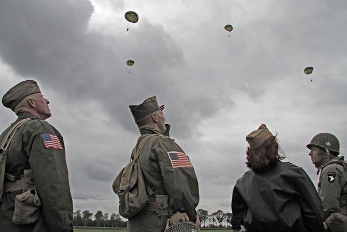 Al eerder werden parachutisten gedropt op de Vlagheide bij Schijndel en Eerde, waar bijna 75 jaar terug de bevrijding van deze regio begon.