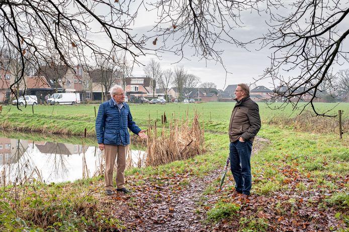 Achtervelders Joep van Burgsteden (l) en Jan van Dijk aan de dorpsrand, waar honderden woningen worden gebouwd.