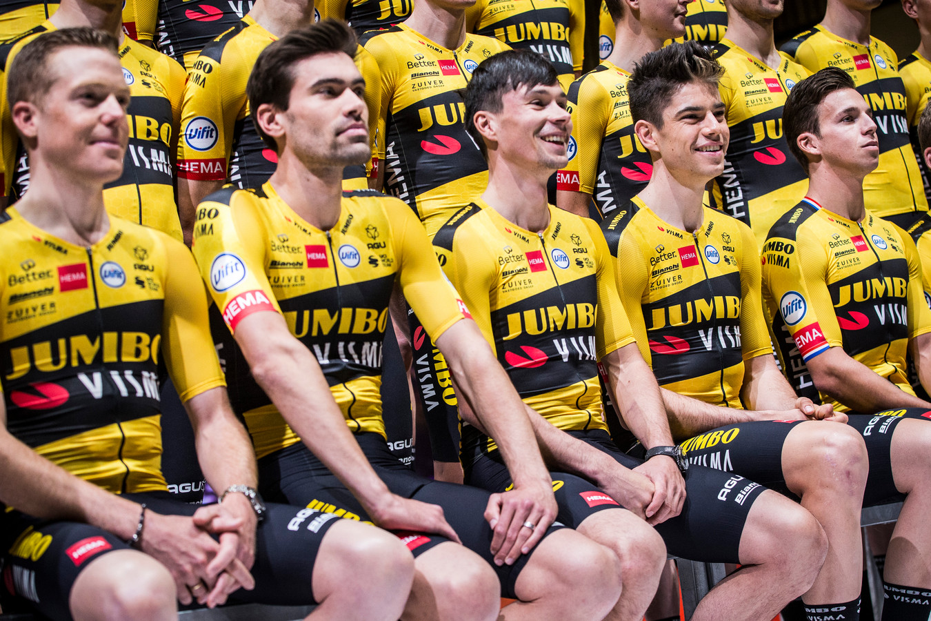 Tom Dumoulin (tweede van links) bij de presentatie van Team Jumbo-Visma.