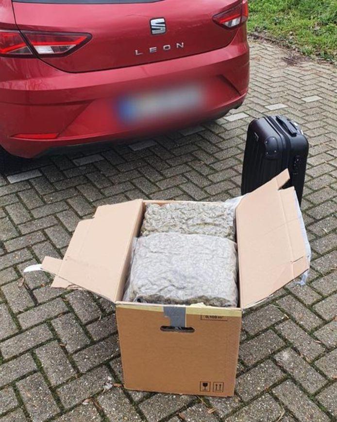 De 11 kilo wiet zat in verschillende zakken in een doos.