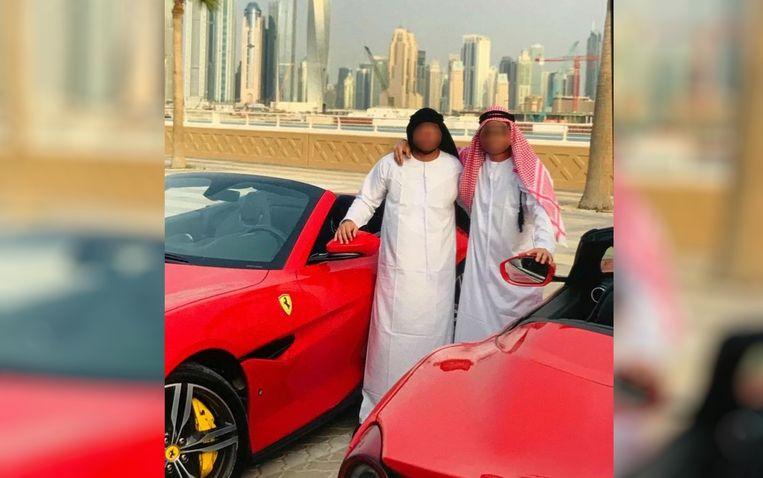 Twee van de verdachten bij een Ferrari in Dubai, op een door de politie van Goiás vrijgegeven beeld. Beeld Polícia Civil/Goiás
