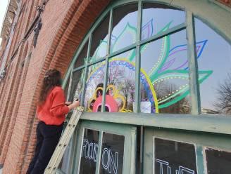 """Street art op ramen van Leuvense scholen: """"Leerlingen brengen letterlijk meer kleur in klassen"""""""