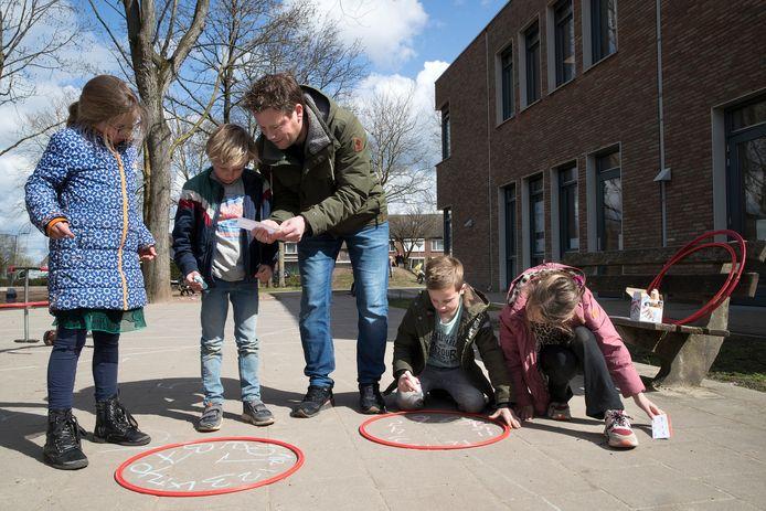 Kinderen van de Brede School St. Martinus in Oud-Zevenaar hebben buiten rekenles.