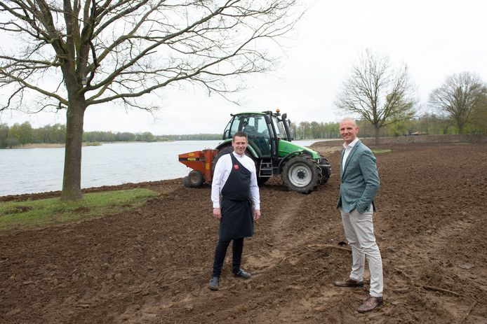 Thermen Bussloo bouwt een groentetuin langs de recreatieplas. Boer Albert Wassink is druk bezig met inzaaien. Kok Heine Ruitenbeek en general manager Jeroen van der Veen kijken tevreden toe.