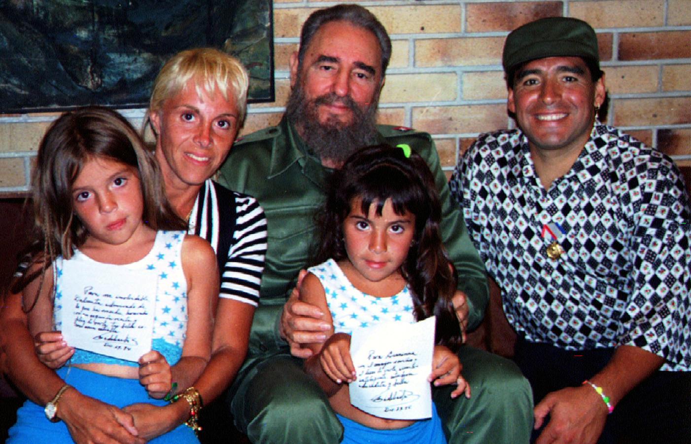Maradona poseert in 1994 met zijn toenmalige vrouw Claudia, zijn twee dochters en de Cubaanse president Fidel Castro.