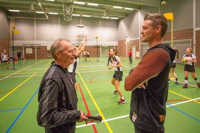Arco Goedkoop (links) als trainersbegeleider van Togo in gesprek met Wim Scholtmeijer, de bondscoach van Nederland.