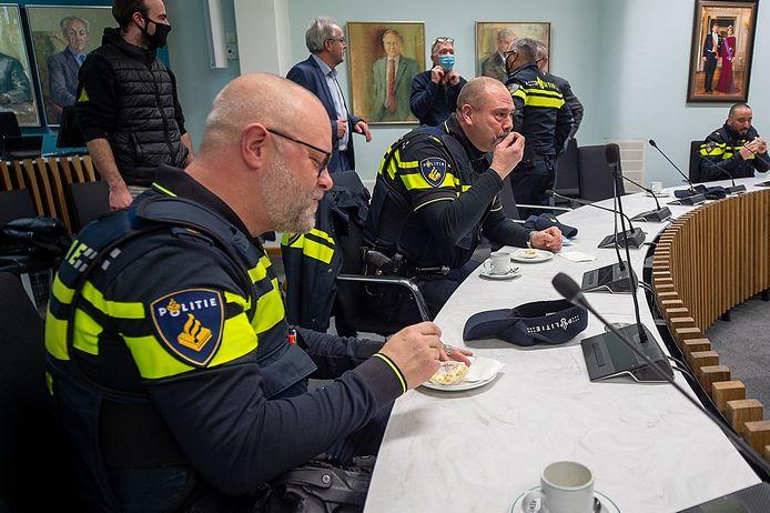 Een deel van het Roosendaalse politiekorps werd in het raadhuis getrakteerd op een gebakje.