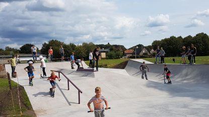 Gloednieuw skatepark trekt meteen tientallen jongeren