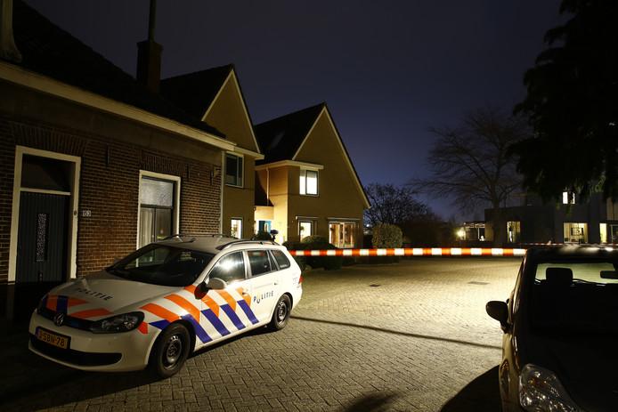 Bij de woning in het midden van deze foto, met het puntdak, sloegen overvallers maandag aan het begin van de avond toe.