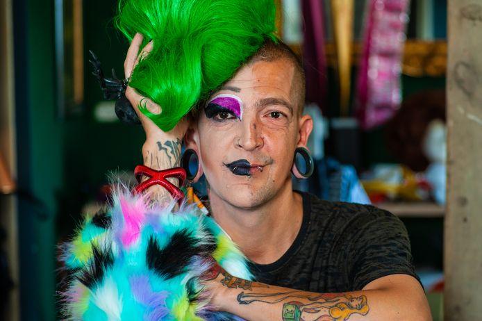 Deelnemer aan de Miss Travestie Verkiezing Groene Hart HJ Plomp (41) uit Gouda. Op de foto half HJ en half Patsy Prozac.