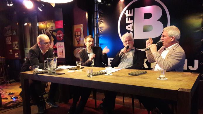 Cafétalkshow De Bakkerij Rolt Deur in Zevenbergen. Rechts burgemeester Jac Klijs.