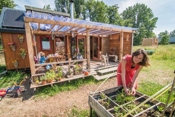 Karin Prins woont met haar gezin in een tiny house (klein huis).