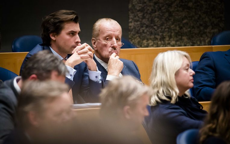 Thierry Baudet (links) en Theo Hiddema van FvD tijdens de laatste zittingsdag voor het kerstreces in de Tweede Kamer. Beeld ANP