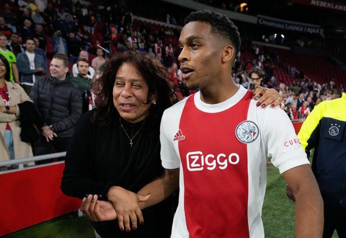 Jurrien Timber na de wedstrijd met zijn trotse moeder.
