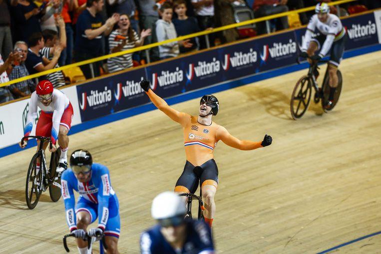Juichen in een zee van tegenstanders. Nederland won alle belangrijke sprintnummers op de EK in Apeldoorn. Beeld ANP