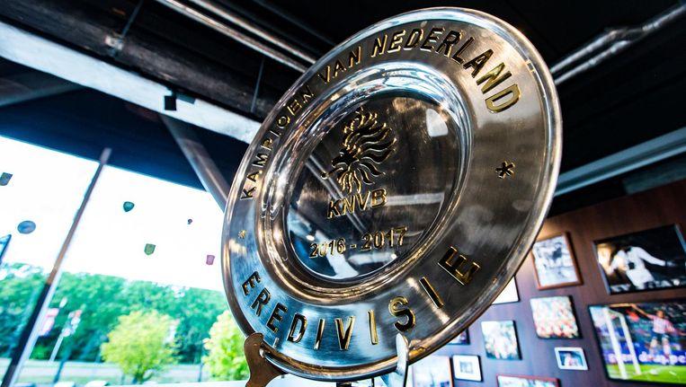 De bond heeft een speciale schaal laten maken, waarop de letters en het KNVB-logo van 24 karaats goud zijn gemaakt. Beeld anp