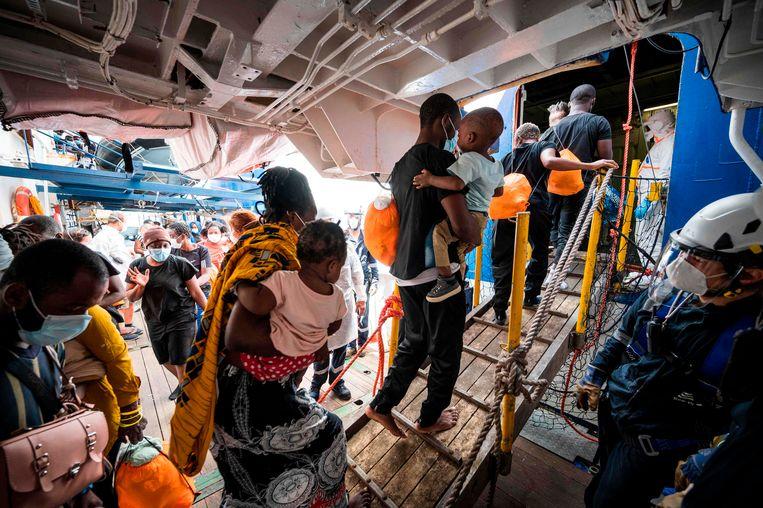 Volgens Artsen zonder Grenzen is het vijfde reddingschip in vijf maanden tijd door Italianen aan de ketting gelegd.  Beeld AFP